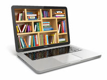 Biblioteca de la educación o de Internet del aprendizaje electrónico. Ordenador portátil y libros. Foto de archivo libre de regalías