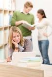 Biblioteca de la High School secundaria - estudiante con la computadora portátil Fotografía de archivo libre de regalías