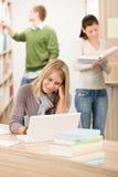 Biblioteca de la High School secundaria - estudiante con la computadora portátil Imagen de archivo libre de regalías