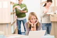 Biblioteca de la High School secundaria - estudiante con la computadora portátil Foto de archivo libre de regalías