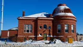 Biblioteca de Publib del sicómoro con nieve Imagen de archivo libre de regalías