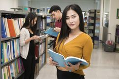 Biblioteca de Reading Book In del estudiante Fotos de archivo