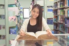 Biblioteca de Reading Book In del estudiante Imágenes de archivo libres de regalías