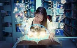 Biblioteca de Reading Book In del estudiante Imagen de archivo libre de regalías