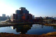 Biblioteca de universidad bajo el cielo azul Fotografía de archivo