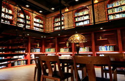 Biblioteca de universidad, sitio de lectura de la biblioteca vieja con los libros y estante Fotografía de archivo
