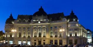 Biblioteca de universidade em Bucareste - tiro da noite Fotos de Stock Royalty Free