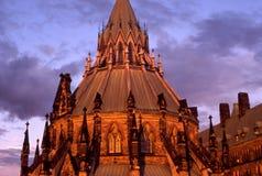 Biblioteca del parlamento en la puesta del sol Fotos de archivo libres de regalías