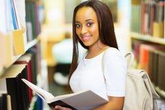 Biblioteca della studentessa di college Fotografia Stock