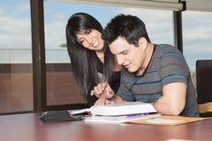 Biblioteca dello studente delle coppie Immagini Stock Libere da Diritti