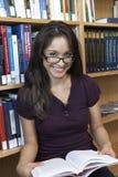 Biblioteca di With Book In della studentessa Fotografia Stock Libera da Diritti