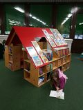 Biblioteca di città nella scuola Fotografia Stock Libera da Diritti
