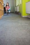 Biblioteca di Reading Book In dello studente Immagini Stock Libere da Diritti