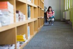 Biblioteca di Reading Book In dello studente Fotografia Stock Libera da Diritti