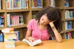 Biblioteca di Reading Book In dello studente Fotografie Stock Libere da Diritti