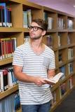 Biblioteca di Reading Book In dello studente Fotografie Stock
