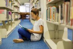 biblioteca di seduta dello studente Fotografie Stock