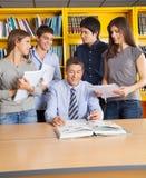 Biblioteca di And Students In dell'insegnante maschio Immagini Stock Libere da Diritti