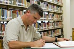 Biblioteca do estudante universitário imagem de stock royalty free