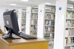Biblioteca e computador Fotografia de Stock Royalty Free