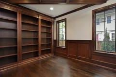 Biblioteca en hogar de la nueva construcción Fotografía de archivo libre de regalías