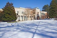 Biblioteca en un campus de la universidad en invierno Imagen de archivo libre de regalías