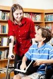 Biblioteca - estudiantes discapacitados Fotos de archivo libres de regalías