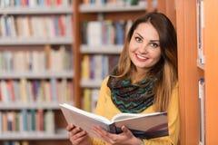 Biblioteca felice di With Book In della studentessa Immagine Stock Libera da Diritti
