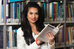 Biblioteca felice di With Book In della studentessa Immagini Stock Libere da Diritti