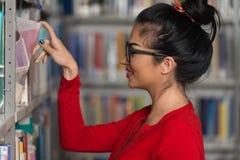 Biblioteca felice di With Book In della studentessa Fotografia Stock Libera da Diritti