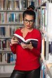 Biblioteca felice di With Book In della studentessa Fotografie Stock