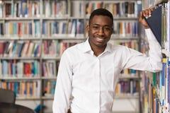 Biblioteca felice di With Book In dello studente maschio Fotografia Stock Libera da Diritti