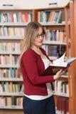 Biblioteca feliz de With Book In del estudiante Imagen de archivo