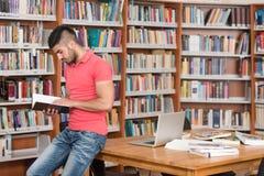 Biblioteca feliz de With Book In del estudiante masculino Fotografía de archivo