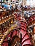Biblioteca Lello e Irmao com a grande escadaria espiral com etapas vermelhas, Porto imagens de stock
