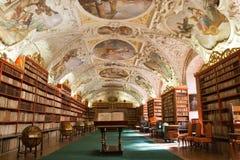 Biblioteca, livros antigos no monastério de Stragov imagens de stock royalty free