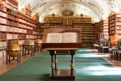 Biblioteca, livros antigos no monastério de Stragov Fotografia de Stock