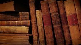 Biblioteca na biblioteca Livros velhos do espinho video estoque