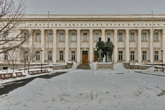 Biblioteca nacional Cyril y Methoduis en invierno con la escultura de Cyril y de Methoduis Foto de archivo