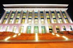 Biblioteca nacional de Bucarest - escena de la noche imagen de archivo