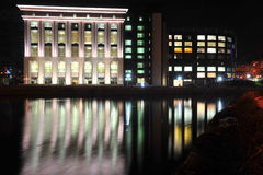 Biblioteca nacional de Bucareste sobre o rio de Dambovita Fotos de Stock
