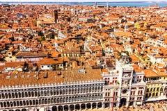 Biblioteca nacional de St Mark e de Clocktower de St Mark em Veneza, vista da parte superior do Campanile imagem de stock