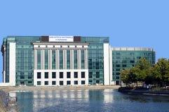 Biblioteca nacional no rio de Dambovita, Bucareste, Romênia Fotografia de Stock Royalty Free
