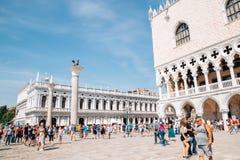 Biblioteca Nazionale Marciana和有人群的共和国总督的宫殿在圣马可广场在威尼斯,意大利 库存照片