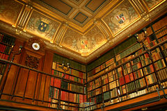Biblioteca no castelo de Chantilly, França Fotos de Stock Royalty Free