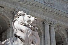 Biblioteca pública de Nueva York y estatua del león Imagenes de archivo