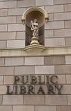 Biblioteca pública y estatua Foto de archivo libre de regalías