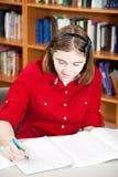 Biblioteca - ricerca teenager della ragazza Fotografia Stock