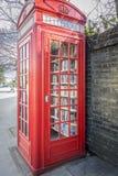 Biblioteca roja del micrófono de la caja del teléfono fotos de archivo