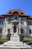Biblioteca, statua e cielo blu antichi Immagine Stock Libera da Diritti
